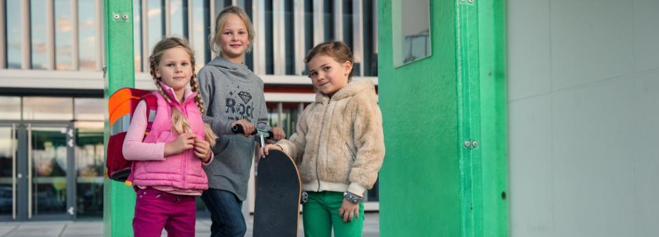 Hallbergmooser Kinder vor der Schule